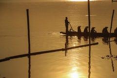 Sillouette von bemannt Auffüllen auf See Stockfotos