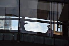 Sillouette von zwei Leuten, die in ein im Stadtzentrum gelegenes skywalk gehen lizenzfreie stockbilder
