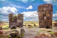 Sillustani - cementerio pre-Incan (tumbas) en las orillas del La fotografía de archivo