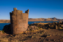 Sillustani w Peru z głębokim błękitnym jeziorem w bg Zdjęcia Stock