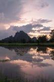 Sillutte de la montaña del paisaje en el twillight Foto de archivo libre de regalías