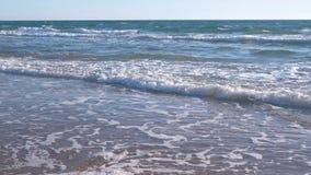 Silna burzy morza fala z pianą na piaskowatej plaży zbiory