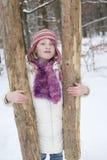 Silna dziewczyna trzyma drzewnego bagażnika obrazy stock