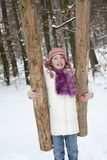 Silna dziewczyna trzyma drzewnego bagażnika obraz royalty free