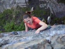 Silna dziewczyna wspina się górę Obraz Stock