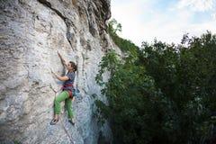 Silna dziewczyna wspina się skałę zdjęcia royalty free