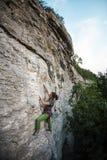 Silna dziewczyna wspina się skałę fotografia stock
