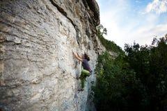 Silna dziewczyna wspina się skałę zdjęcia stock