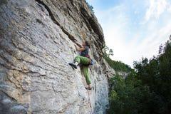Silna dziewczyna wspina się skałę zdjęcie royalty free