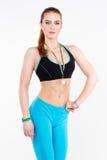 Silna i piękna miedzianowłosa sportowa kobieta pozuje z złotym medalem Fotografia Stock