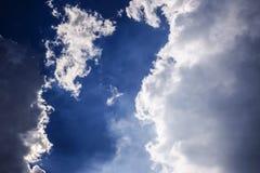 Silna jaskrawa chmura z niebieskim niebem Fotografia Royalty Free