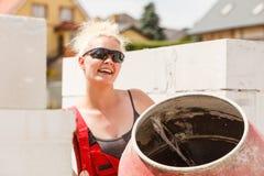 Silna kobieta pracuje z budow? zdjęcia royalty free