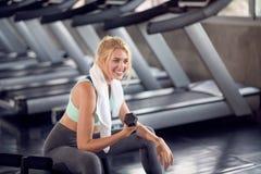 Silna kobieta robi ćwiczeniom z dumbbells w gym Obrazy Stock