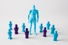 Silna męska figurki pozycja wśród faceles lookalike figurek Zdjęcia Royalty Free