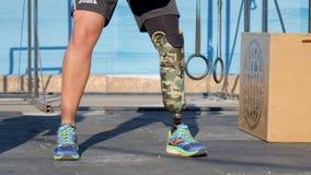 Silna samiec z kalectwem z protetyczną nogą w wygodnych butach podnosi waga ciężkiej zdjęcie wideo