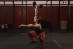 Silna sport kobieta robi dumbbell kucnięciom Crossfit żeńskiej atlety udźwigu ciężary zdjęcia royalty free