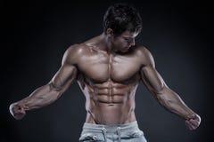Silna Sportowa mężczyzna sprawności fizycznej modela półpostać pokazuje dużych mięśnie Zdjęcie Stock