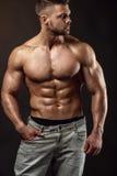 Silna Sportowa mężczyzna sprawności fizycznej modela półpostać pokazuje dużych mięśnie obrazy royalty free