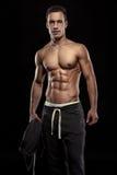 Silna Sportowa mężczyzna sprawności fizycznej modela półpostać pokazuje mięśniowego ciało fotografia stock
