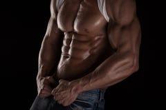 Silna Sportowa mężczyzna sprawności fizycznej modela półpostać pokazuje sześć paczek abs. Obraz Royalty Free