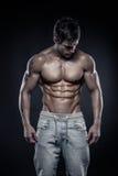 Silna Sportowa mężczyzna sprawności fizycznej modela półpostać pokazuje sześć paczek abs. Zdjęcia Royalty Free