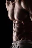 Silna Sportowa mężczyzna sprawności fizycznej modela półpostać pokazuje sześć paczek abs. Zdjęcie Stock