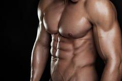 Silna Sportowa mężczyzna sprawności fizycznej modela półpostać pokazuje sześć paczek abs. Obrazy Stock