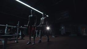 Silna sportowa para pracująca w gym out zdjęcie wideo