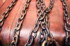silna, trwała, brown, drewniana klatka piersiowa z skarbami oprawiającymi, wiążący z gęstymi żelaznymi cheins obraz stock