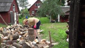 Silna wieśniak chłopiec przygotowywa naturalnego drewna paliwo i wiejskich domy 4K zbiory wideo