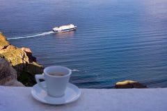 Silna wyśmienicie kawa w białej filiżance z spodeczkiem przeciw tłu denny i spławowy liniowiec Wielki pocz?tek dzie? zdjęcie stock