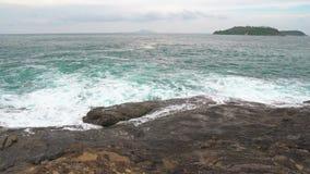 Silne fale na plaży władza elementy fale łama na skałach na brzeg zbiory