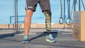 Silne ręki upośledzać z protetyczną nogą w formie sport samiec podnoszą waga ciężkiej zbiory wideo