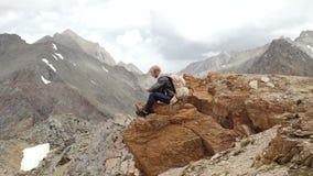 Silnego mężczyzna wycieczkowicz bierze fotografię z mądrze telefonem przy halnym szczytem Fenomenalny brzask zbiory wideo