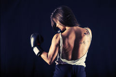 Silnej młodej kobiety bokserski spełnianie uppercut kopnięcie Zdjęcie Royalty Free