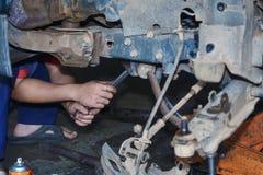 Silnik naprawa, mechanik pracuje w samochodzie pod kapiszonem Obrazy Stock