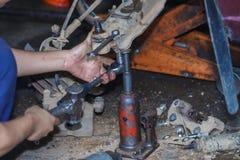 Silnik naprawa, mechanik pracuje w samochodzie pod kapiszonem Fotografia Royalty Free