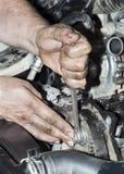 Silnik naprawa Narzędzie w rękach zdjęcie royalty free