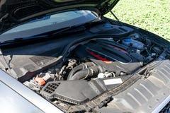 Silnik nowożytny samochód czapeczka jest otwarty fotografia stock