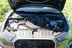 Silnik nowożytny samochód czapeczka jest otwarty obraz royalty free