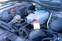 Silnik nowożytny samochód czapeczka jest otwarty zdjęcia stock