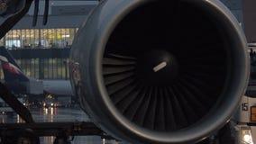 Silnik samolotowy i lotniskowy terminal w tle zbiory