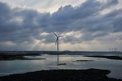 Silnik wiatrowy blisko morza Jeju wyspa, korea południowa obrazy stock