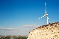 Silnik Wiatrowy dla alternatywnej energii tła pojęcia eco zieleni ręki mienia panelu prymki władzy słoneczny turbina wiatr Obrazy Royalty Free