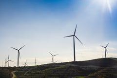 Silnik Wiatrowy dla alternatywnej energii tła pojęcia eco zieleni ręki mienia panelu prymki władzy słoneczny turbina wiatr Zdjęcia Royalty Free