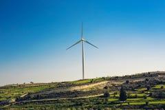 Silnik Wiatrowy dla alternatywnej energii tła pojęcia eco zieleni ręki mienia panelu prymki władzy słoneczny turbina wiatr Zdjęcia Stock
