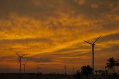 Silnik wiatrowy gospodarstwo rolne przy zmierzchem Fotografia Royalty Free