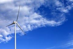 Silnik wiatrowy i błękitny światła słonecznego niebo Zdjęcia Stock