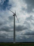 Silnik wiatrowy i dramatyczny niebo na burzowym dniu Zdjęcie Stock