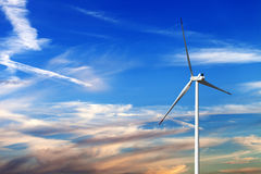 Silnik wiatrowy i multicolor wschodu słońca niebo Zdjęcia Stock
